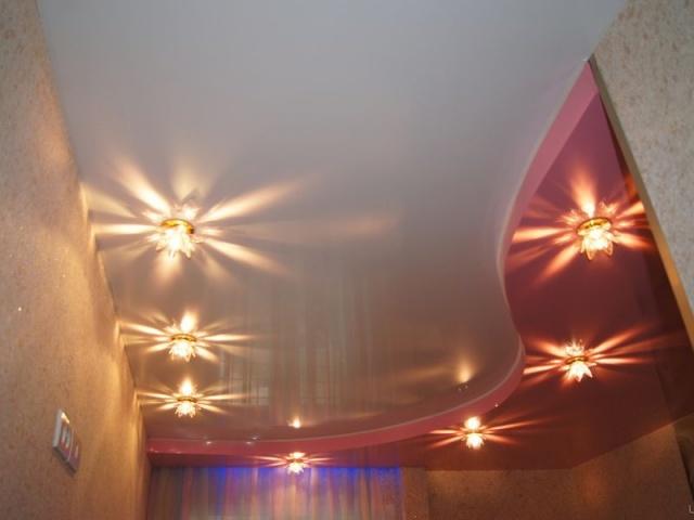 С точечными светильниками
